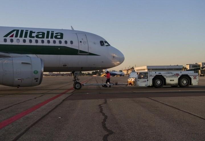 Alitalia_Aereo_traino_lapresse