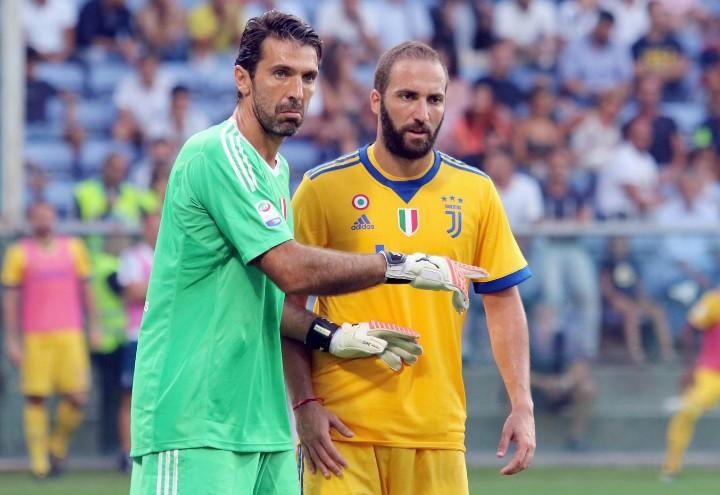 Buffon_Higuain_Juventus_gialla_lapresse_2017