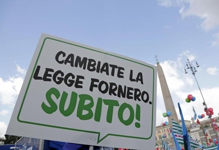 Pensioni_Fornero_Cartello_Lapresse