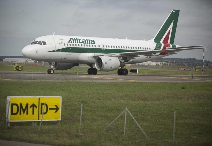alitalia_aereo_pista_lapresse