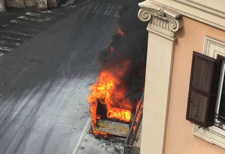autobus_roma_fiamme_esplosione_atac_twitter_2018
