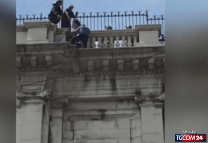 genova_tenta_suicidio_carabiniere_video