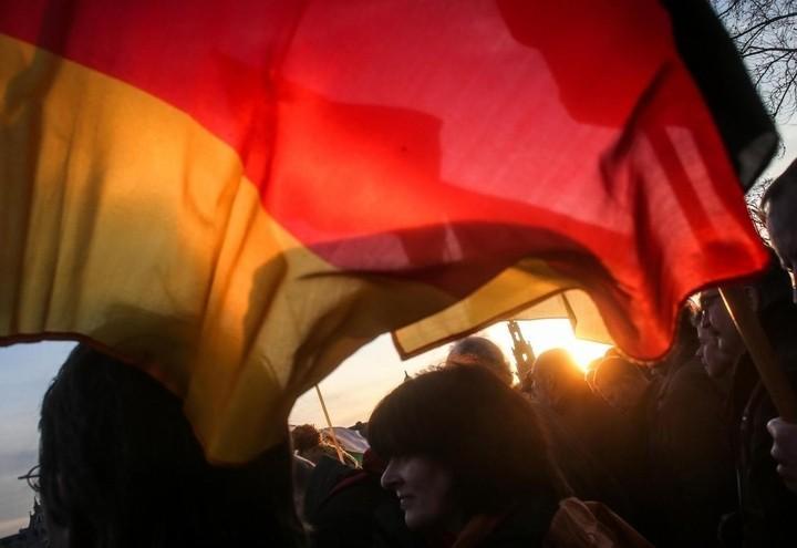germania_manifestazione_protesta_bandiera_lapresse_2017