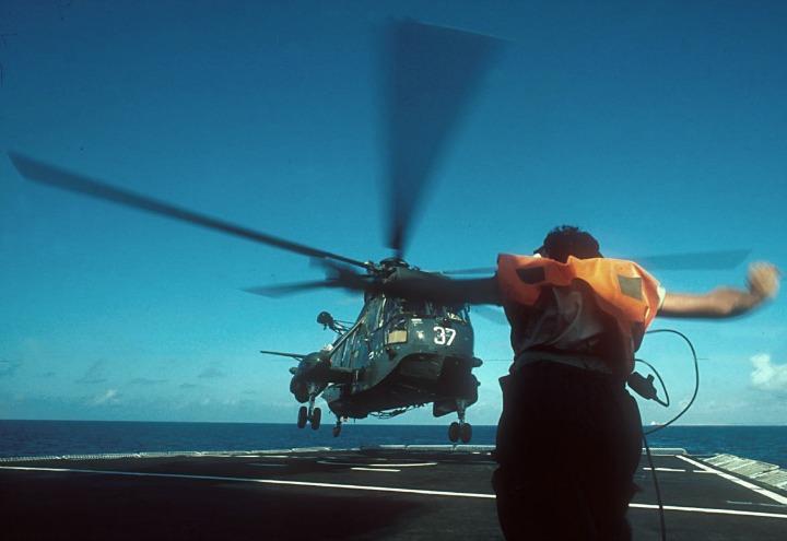 guerra_italia_nave_elicottero_lapresse_2001