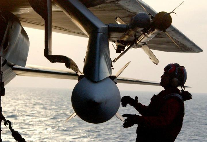 guerra_nave_aereo_2_lapresse_2003
