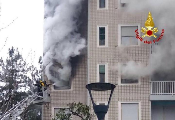 incendio_via_quarenghi_palazzo_milano_rogo_vigili_fuoco_twitter_2018