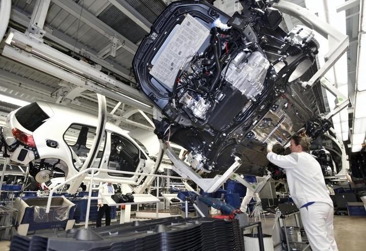 operaio_Industria_auto_fabbrica_lapresse