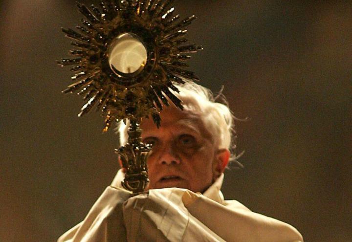 papa_benedettoXVI_ratzinger_corpusdomini_lapresse_2005