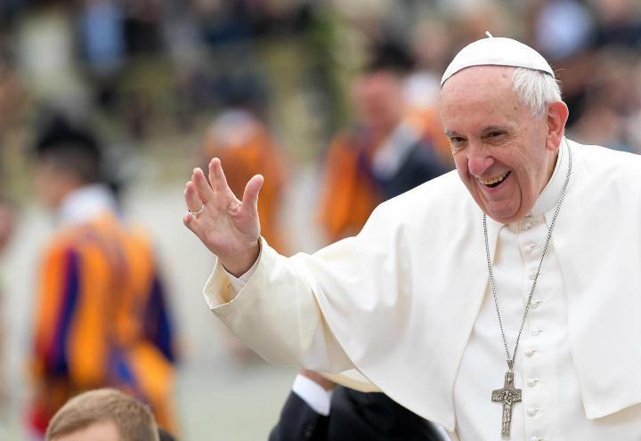 papa_francesco_bergoglio_saluto_vaticano_lapresse_2017