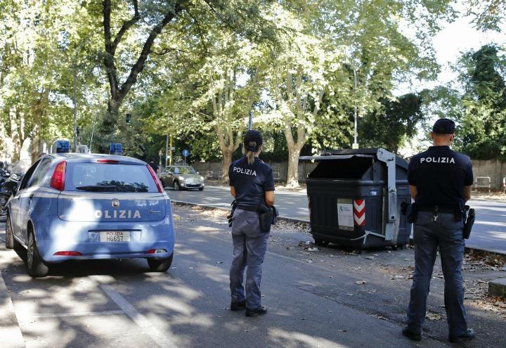 polizia_roma_cassonetto_poliziotti_gambe_mozzate_bomba_terrorismo_lapresse_2017