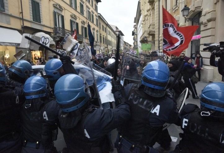 polizia_scontri_antifascismo_antagonisti_laresse_2018