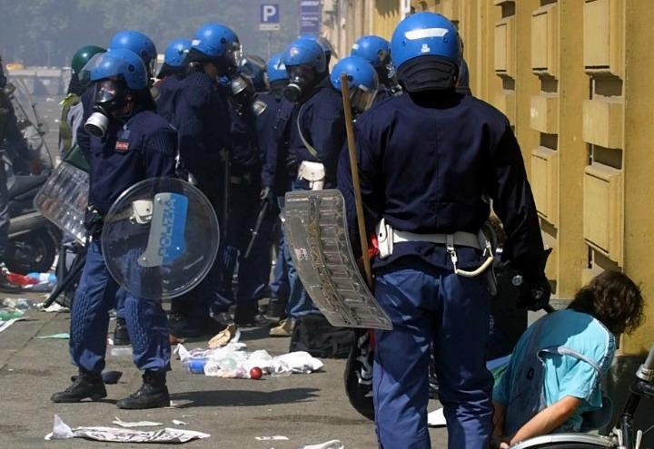polizia_scontri_g8_genova_1_lapresse_2001
