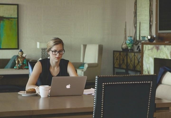 ragazza_donna_computer-pc_lavoro_pixabay