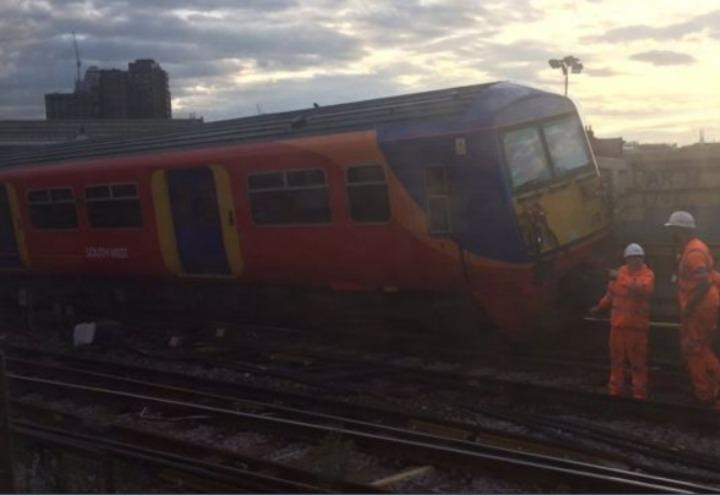 treno_deraglia_londra_waterloo_inghilterra_incidente_twitter_2017
