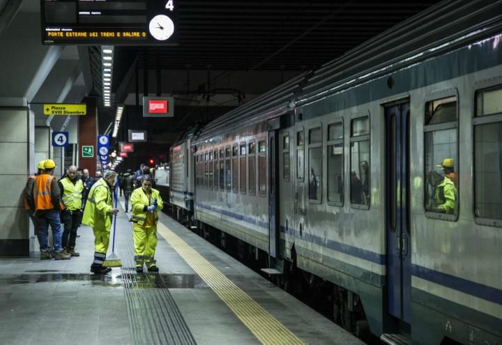 treno_torino_porta_susa_15enne_suicidio_stazione_incidente_lapresse_2018