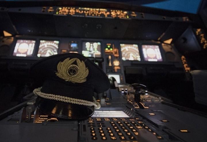 Alitalia_cabina_cappello_lapresse