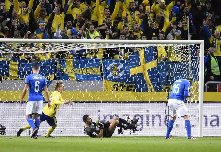 Buffon_Barzagli_Italia_Svezia_gol_lapresse_2017