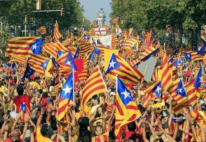Catalogna_Bandiere_Manifestazione_Lapresse