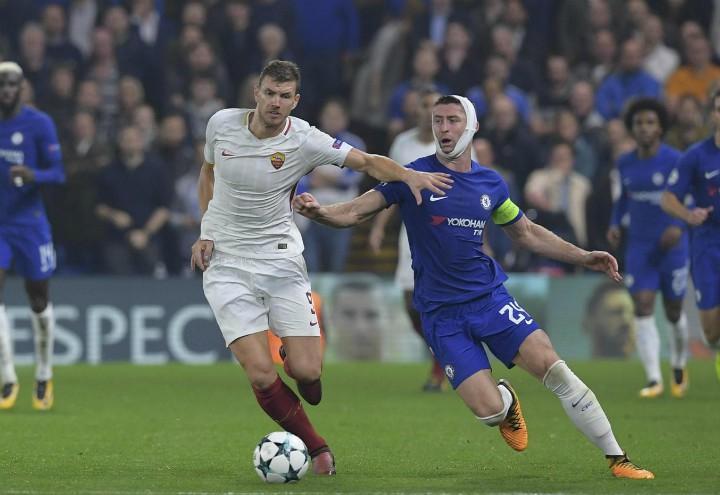 Dzeko_Cahill_Chelsea_Roma_lapresse_2017