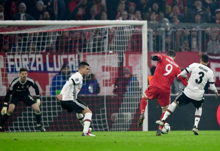 Lewandowski_Adriano_Bayern_Besiktas_lapresse_2018
