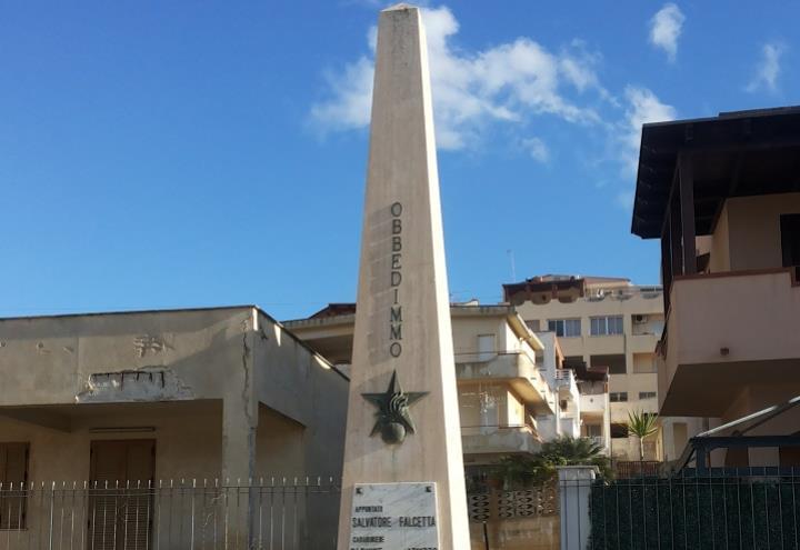 Monumento_ai_carabinieri_Falcetta_e_Apuzzo_stragealcamomarina_wikipedia