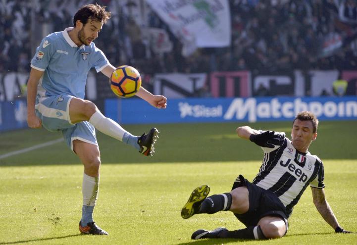 Parolo_Mandzukic_Juventus_Lazio_lapresse_2017