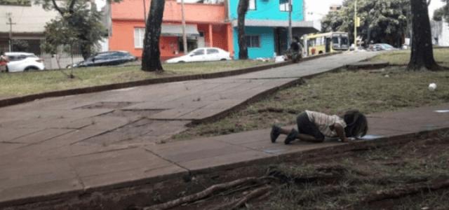 argentina_bambina_sete_pozzanghera_indigeni_misiones_online_2017