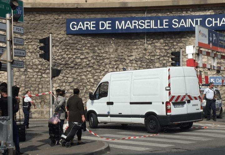 attentato_francia_attacco_terrorismo_marsiglia_stazione_polizia_twitter_2017