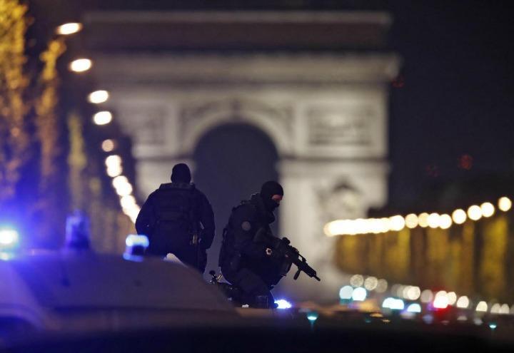 attentato_parigi_terrorismo_polizia_lapresse_2017