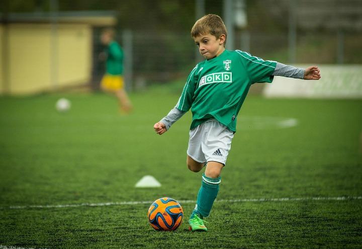 bambino_calcio_tiro_pixabay_2017