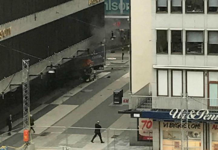 camion_folla_stoccolma_svezia_terrorismo_attentato_lapresse_2017
