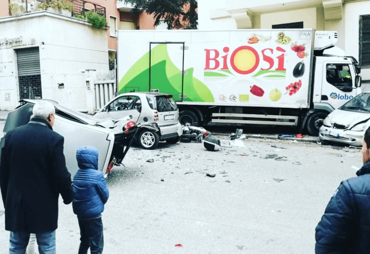 camion_incidente_roma_balduina_auto_twitter_2018