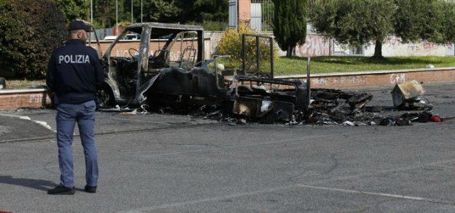 camper_incendio_rogo_roma_centocelle_polizia_rom_lapresse_2017