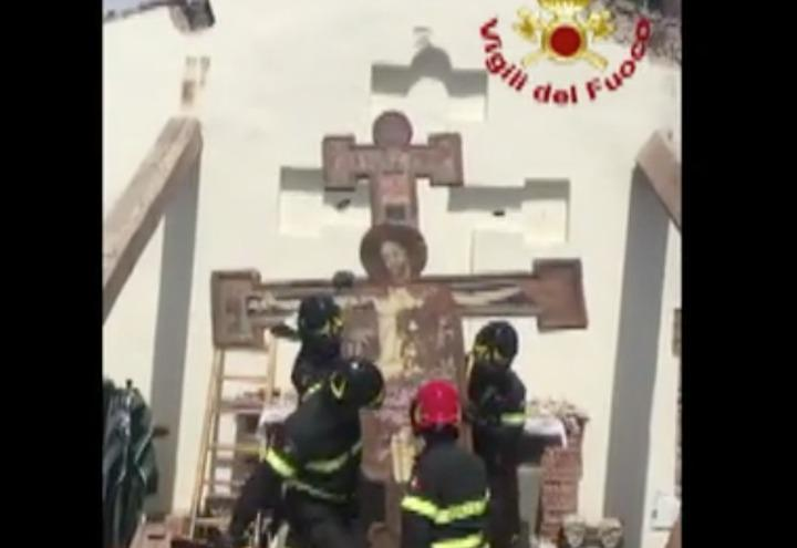 chiesa_esplosione_croce_toscana_vigili_fuoco_video_nazione_2017