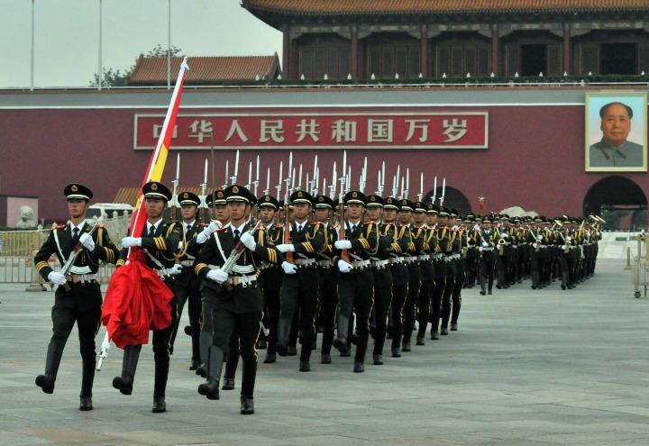 cina_piazza_tiananmen_soldati_mao_lapresse_2015