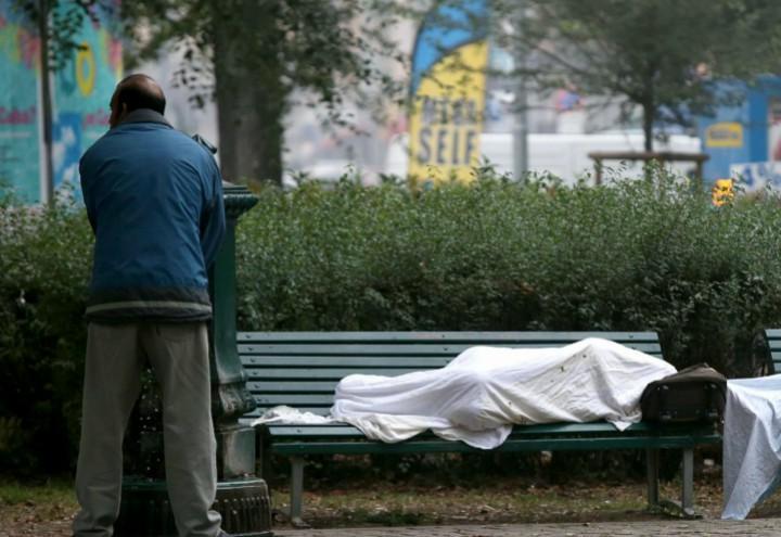 clochard_senzatetto_giardini_parco_lapresse_2017