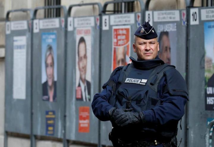 elezioni_francia_voto_polizia_lapresse_2017