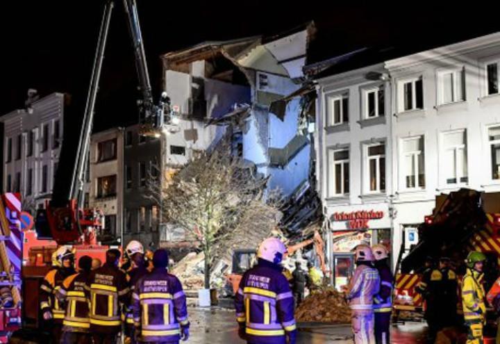 esplosione_pizzeria_palazzina_anversa_belgio_soccorsi_vigili_twitter_2018
