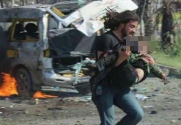 foto_fotografo_aleppo_attentato_bambini_siria_bombe_guerra_twitter_2017