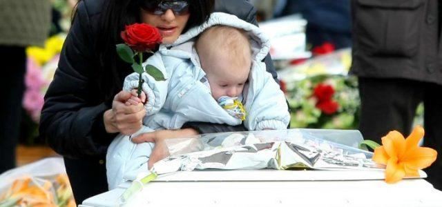 funerale_bambino_1_abruzzo_lapresse_2009