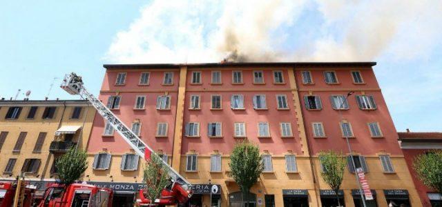 incendio_milano_viale_monza_vigili_fuoco_fiamme_lapresse_2017