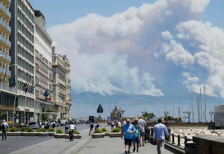incendio_napoli_vesuvio_lapresse_2017