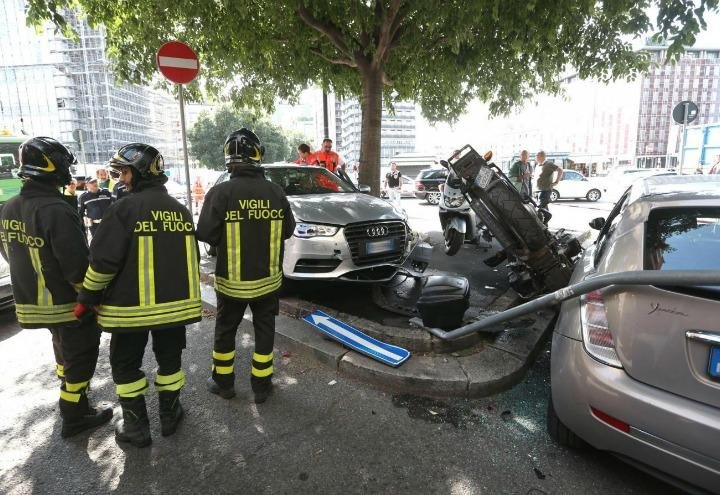 incidente_stradale_milano_vigili_fuoco_auto_moto_lapresse_2017