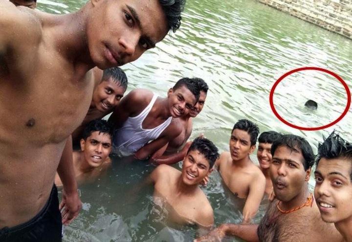 india_Vishwas_annega_mentre_gli_amici_si_fanno_selfie