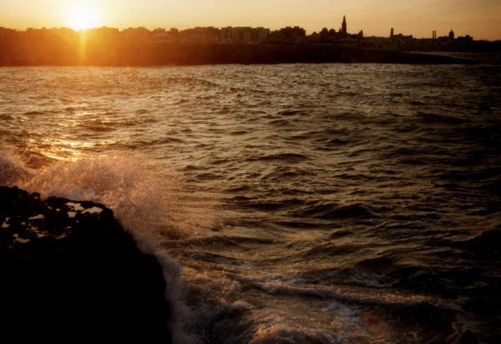 mare_monopoli_scogli_sole_tramonto_costa_onde_wikipedia_2017