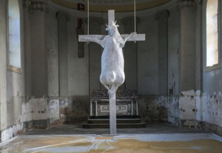 mucca_crocifissa_chiesa_web