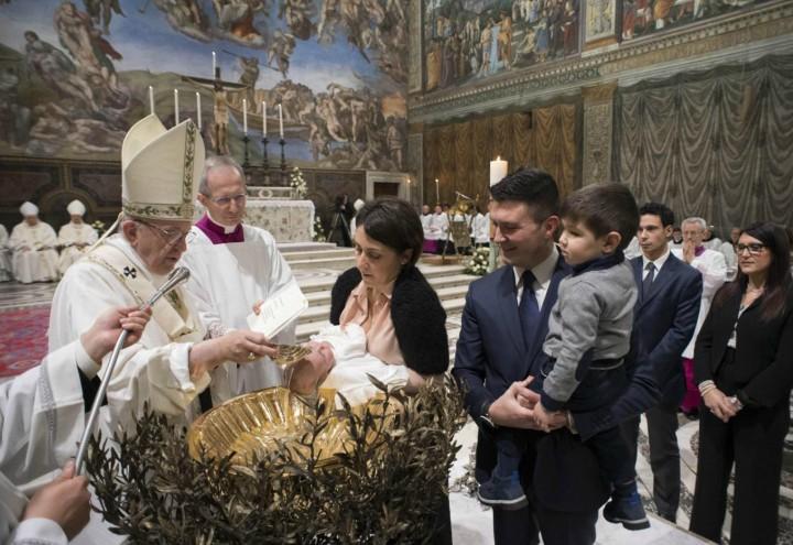 papa_francesco_battesimo_cappella_sistina_chiesa_bambini_famiglia_lapresse_2018