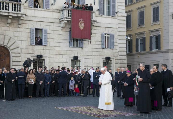 papa_francesco_immacolata_concezione_madonna_statua_piazza_spagna_lapresse_2017