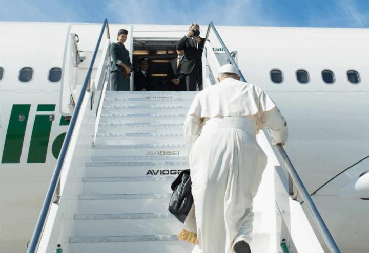 papa_francesco_viaggio_aereo_1_lapresse_2017