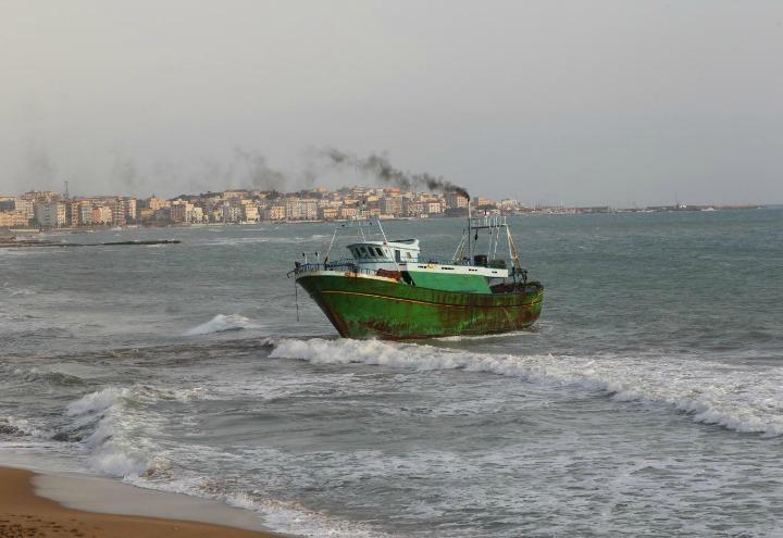 peschereccio_mediterraneo_migranti_motovedetta_lapresse_2017